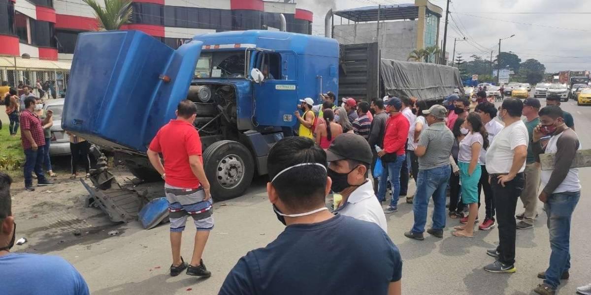 Tráiler chocó y arrastró a 13 vehículos en Santo Domingo de los Tsáchilas