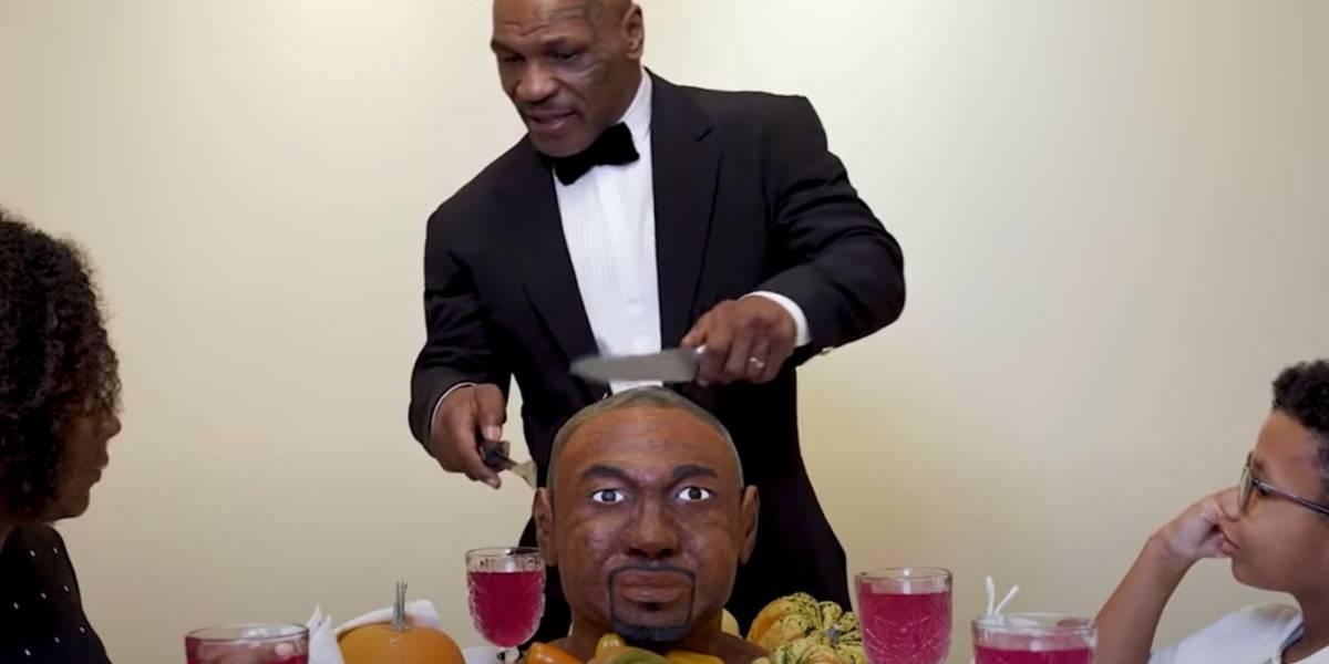 El boxeador Mike Tyson se come la oreja de un bizcocho de Roy Jones Jr.