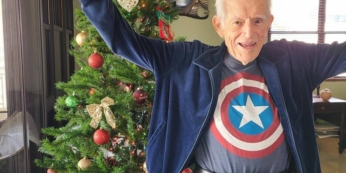 Romero Barceló celebra su alta vestido de Capitán América