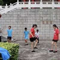 Malabaristas chinos muestran sus sorprendentes habilidades con sana distancia