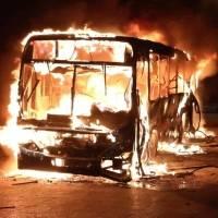 Manifestantes queman un autobús durante protesta contra el Gobierno de Guatemala