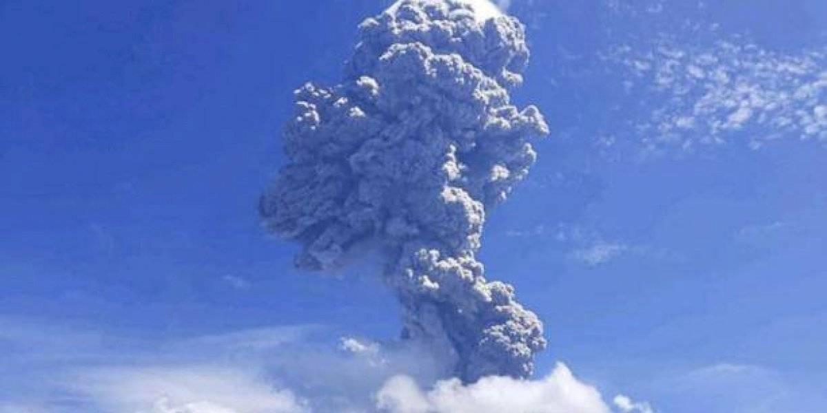 VIDEOS: Fuerte explosión de un volcán en Indonesia hace evacuar a más de 3.000 personas