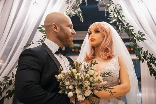 Lo hemos visto todo este 2020: fisicoculturista contrajo matrimonio con una muñeca inflable