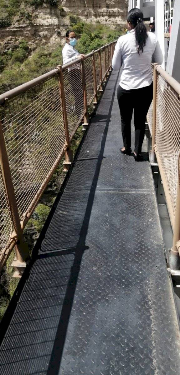 Mujer que intentó saltar del puente es salvada por su amiga y agentes de tránsito