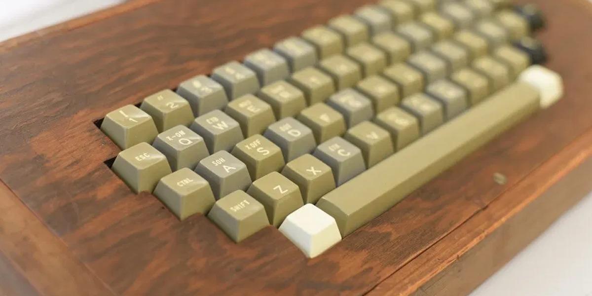 Un objeto de deseo raro de encontrar en perfectas condiciones es puesto en subasta: una Apple-1 completa en su caja y autografiada por Steve Wozniak.