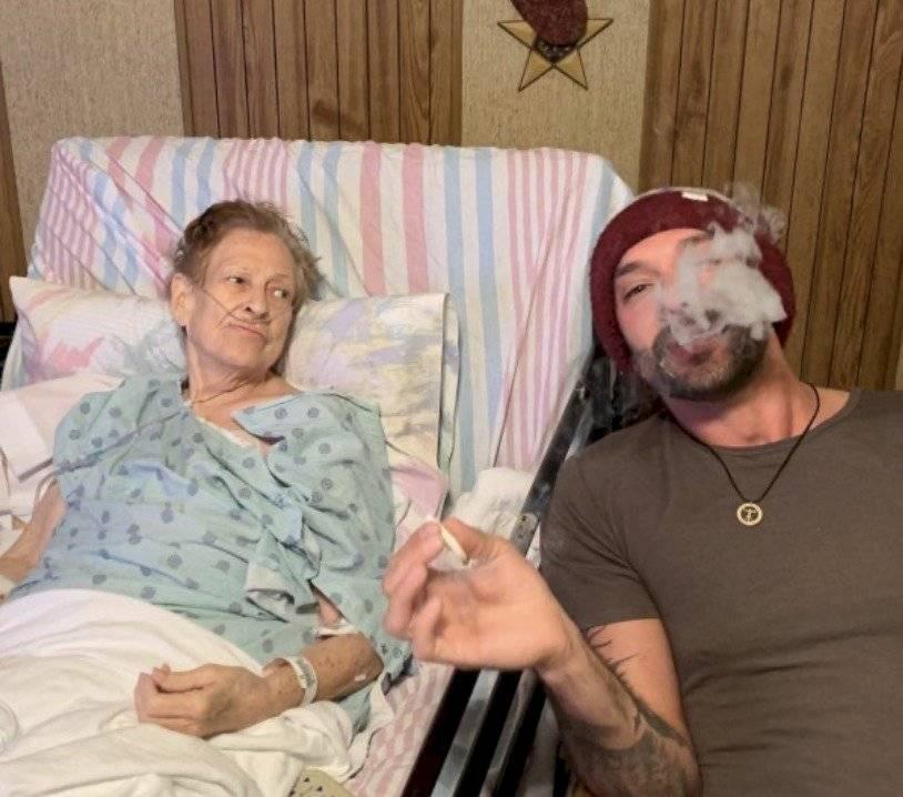 Abuela fumando marihuana