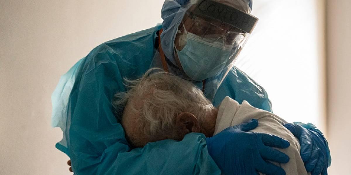 La historia detrás de la foto de médico abrazando a anciano con COVID-19