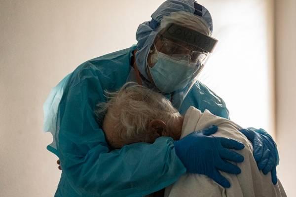 La historia detrás de la foto de médico abrazando a anciano con coronavirus que se volvió viral