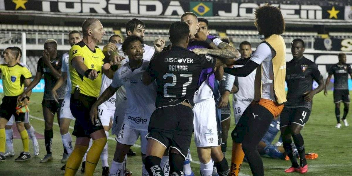 Batalla campal entre Santos y LDU marcó la jornada de la Copa Libertadores
