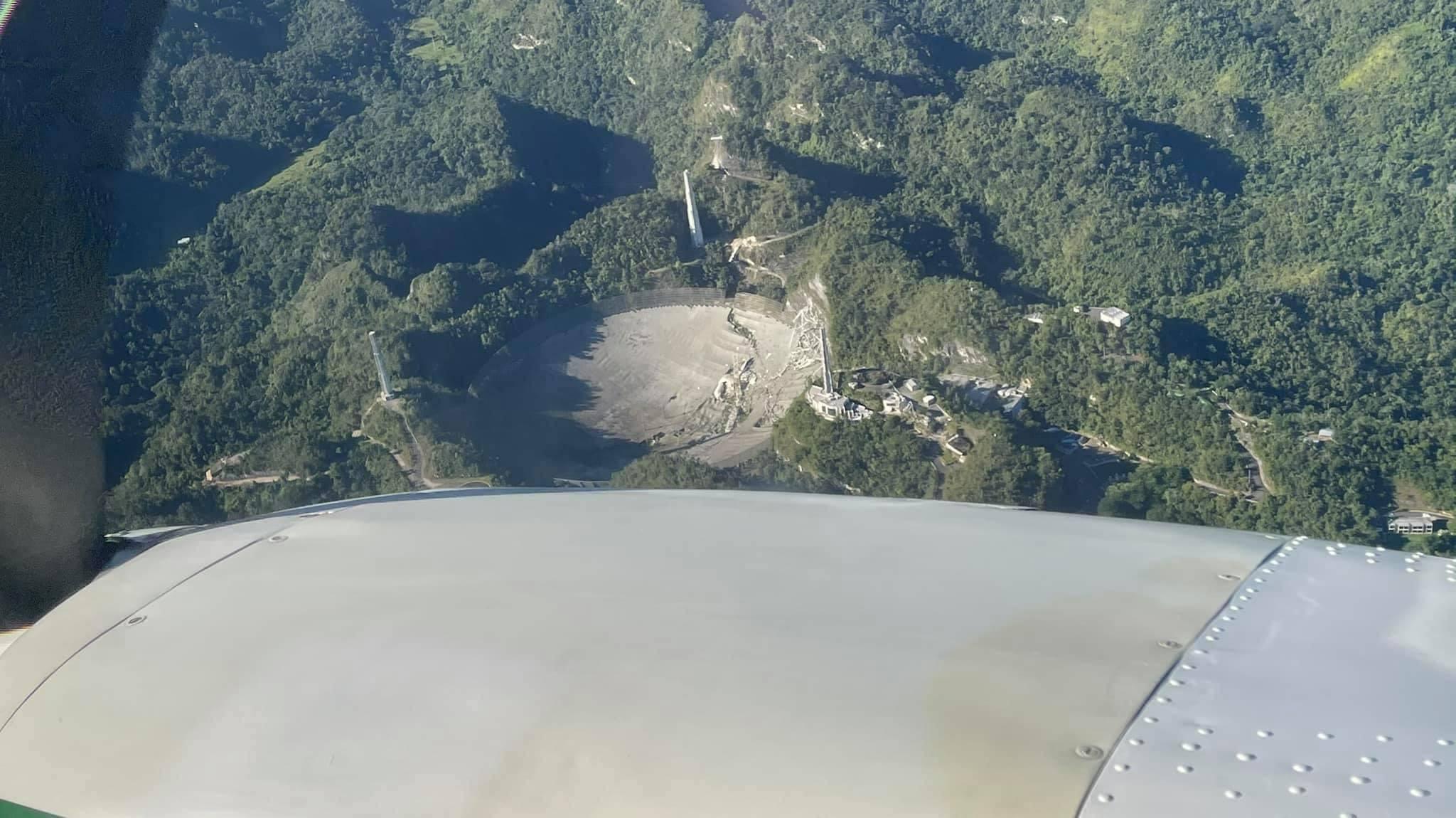 Telescopio de Arecibo caído.