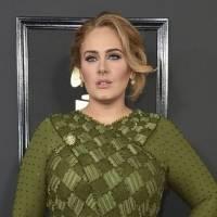 Adele muestra cómo lucir leggings de forma elegante con botines y un maxi abrigo de piel de peluche