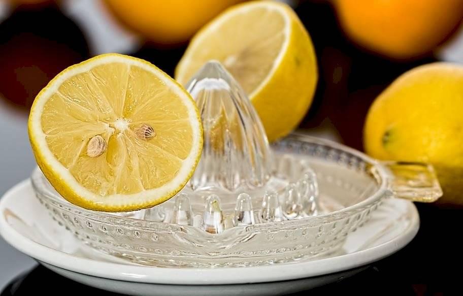 Recuerda de comprar limones frescos y exprímelos justo antes de servirte para una máxima frescura y sabor.