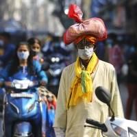 Casos de COVID-19 siguen bajando en India