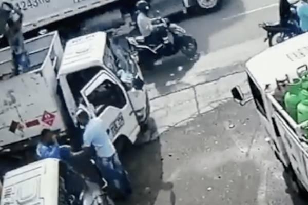 Hombre frustra asalto tras lanzarle un cilindro de gas en la cabeza al ladrón