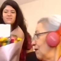 Alumnos regalan tablet a profesora de la tercera edad para facilitar las clases