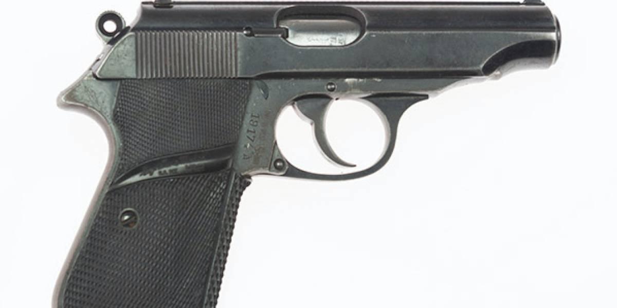 La pistola de James Bond, el jacket de Terminator y más... Increíbles artículos de Hollywood son subastados
