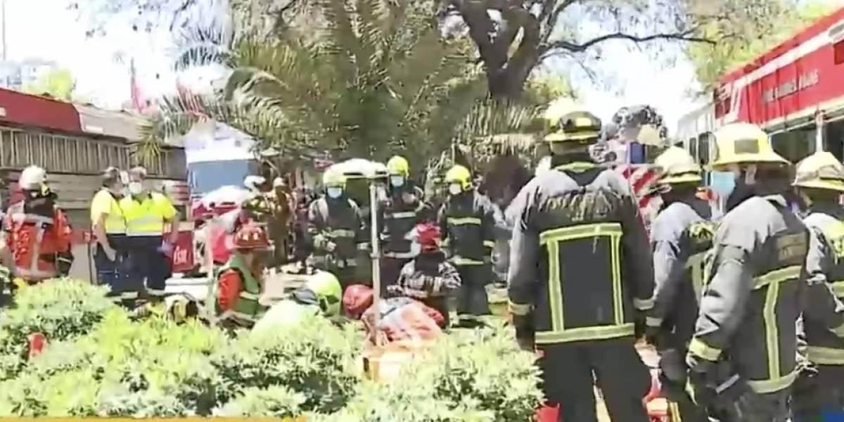 Grave accidente en bandejón de avenida Matta: hombre cayó a cámara de unos 10 metros