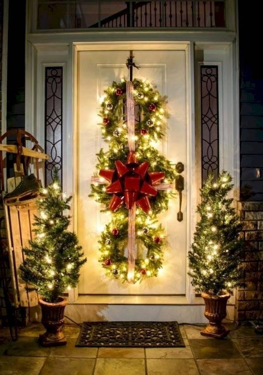 Una idea original es colocar luces pequeñas alrededor del marco de la puerta .