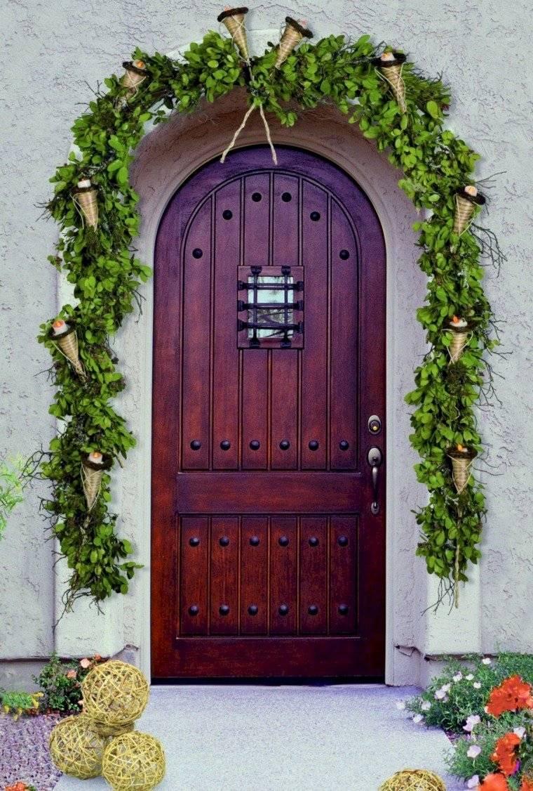 Puedes usar la flor de pascua o el muérdago para decorar la puerta.