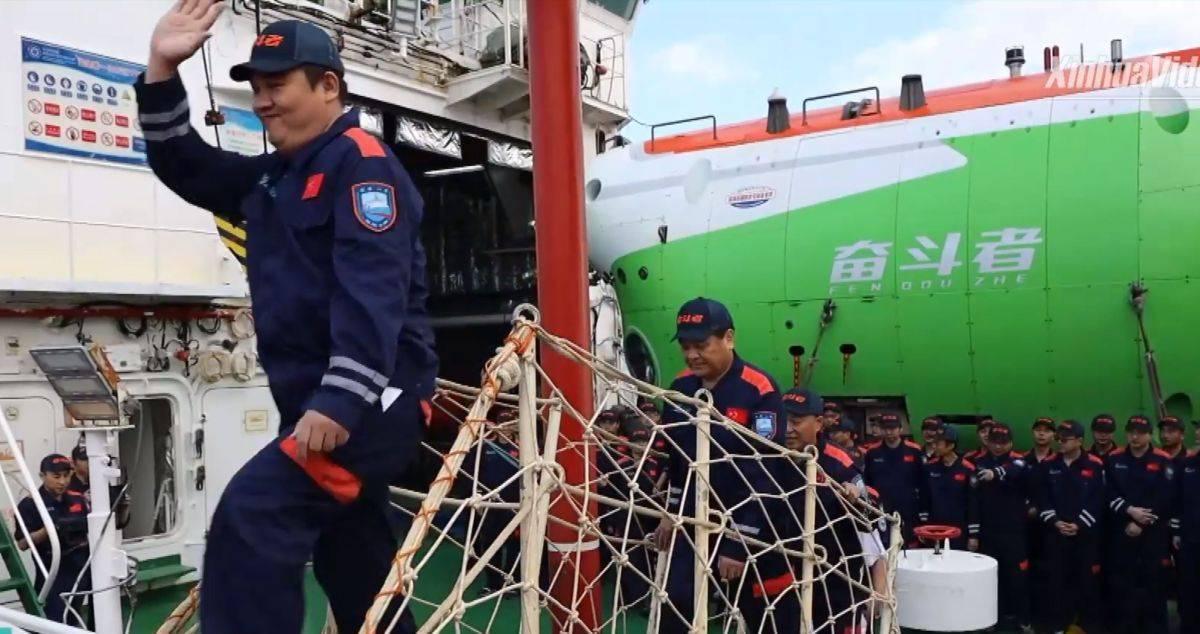 La tripulación del sumergible chino Fendouzhe.