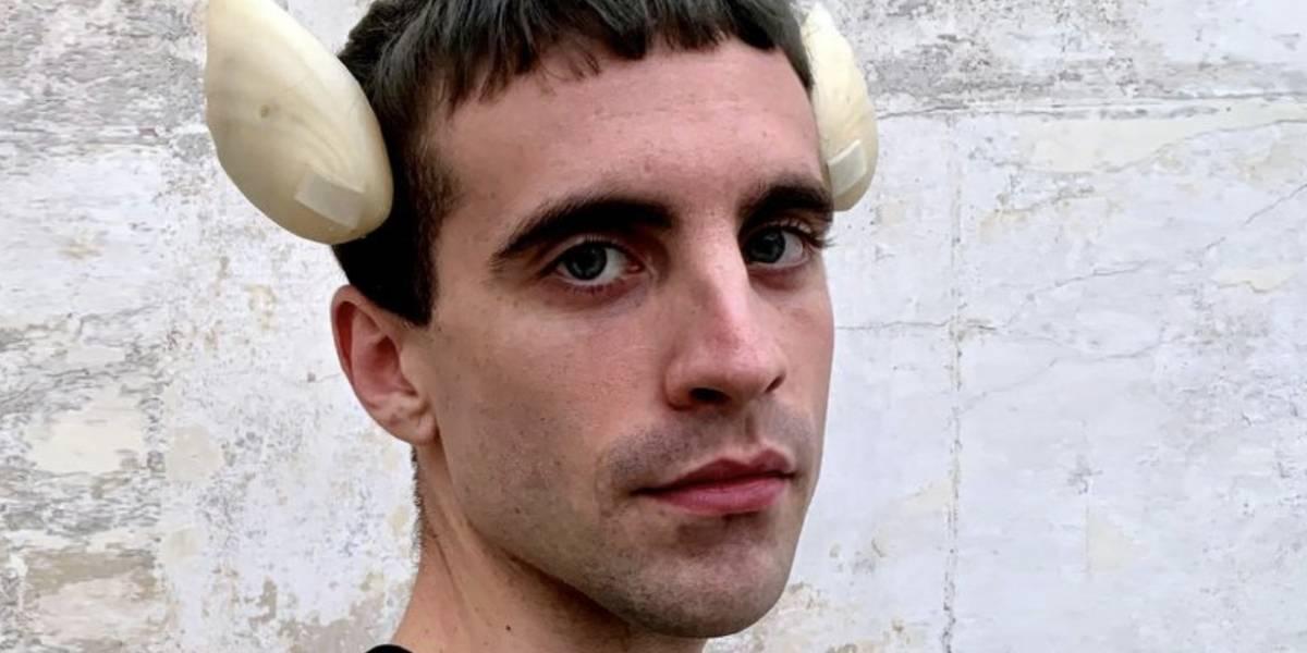 """Joven se implantó """"aletas"""" en el cráneo para amplificar sus sentidos: """"No me considero 100% humano"""""""