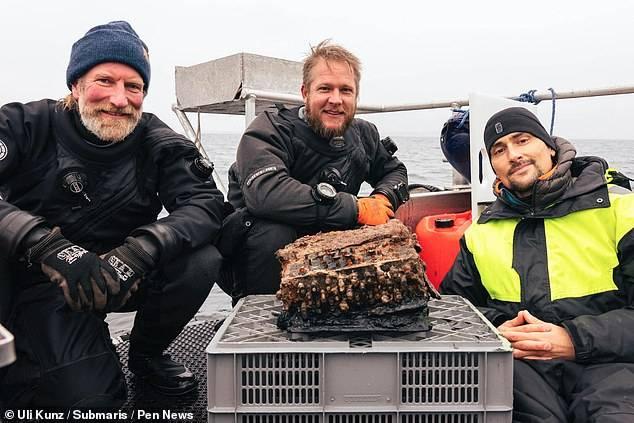 Los buzos que hallaron la máquina Enigma en el fondo del mar.