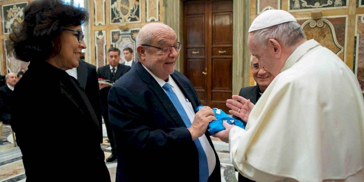 El papa Francisco bendijo la camiseta de la Universidad Católica