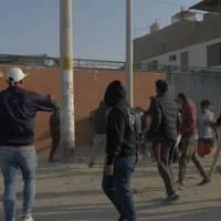 Pasajeros se enfrentan a manifestantes en Perú, les exigen liberar la carretera