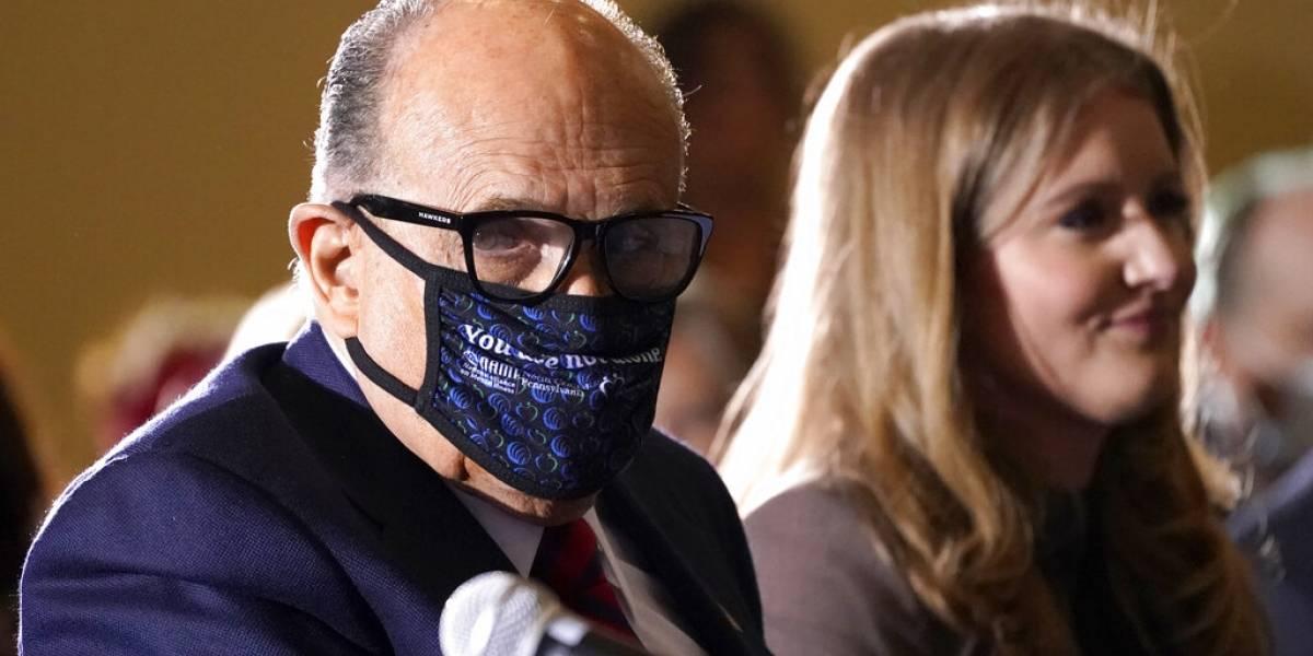 """Trump dice que Giuliani está """"muy bien"""" tras dar positivo a COVID"""