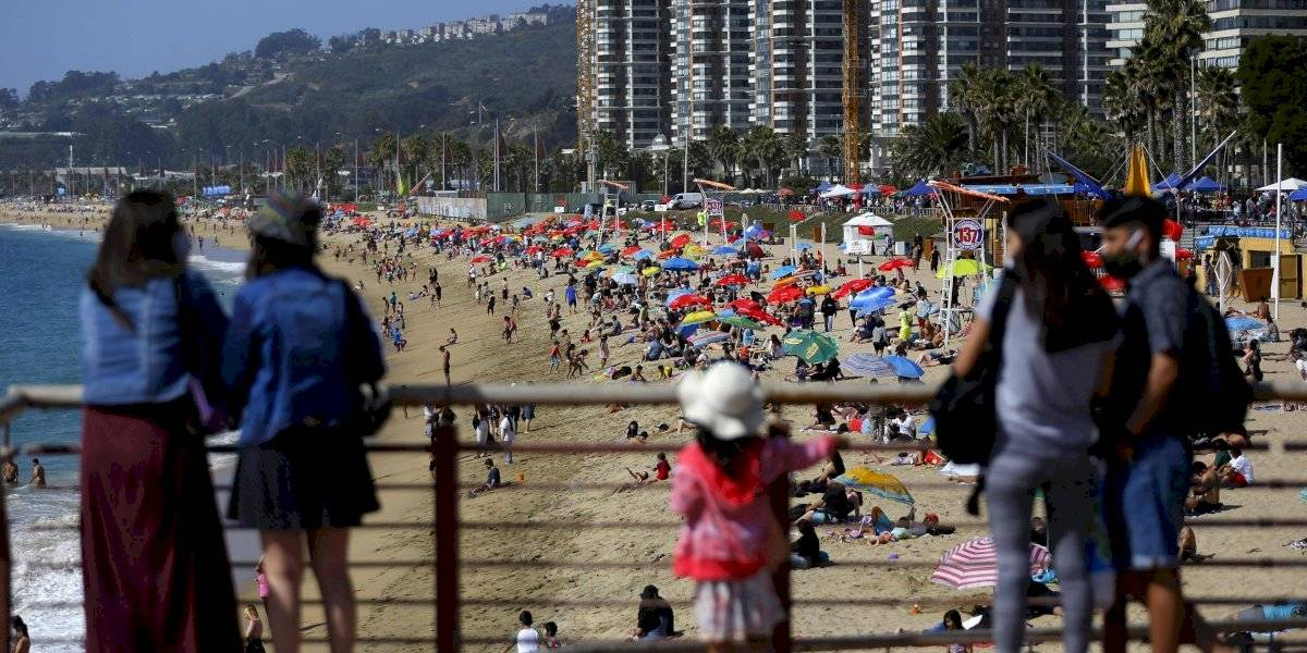 Arena y sol sin distancia física: playas atiborradas y sin mascarillas durante fin de semana