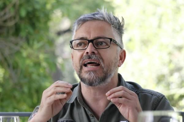 """Jorge Baradit: """"Los partidos no pueden llevar de candidatos a los dinosaurios de antes"""""""