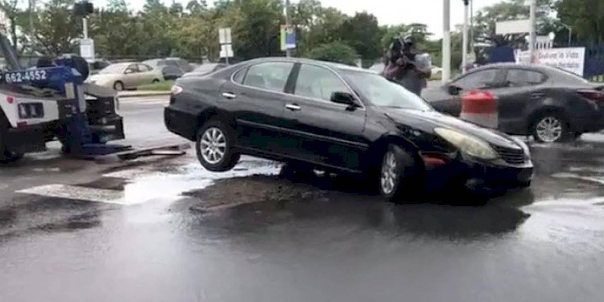 Auto cae en tremendo hoyo en la avenida Roosevelt