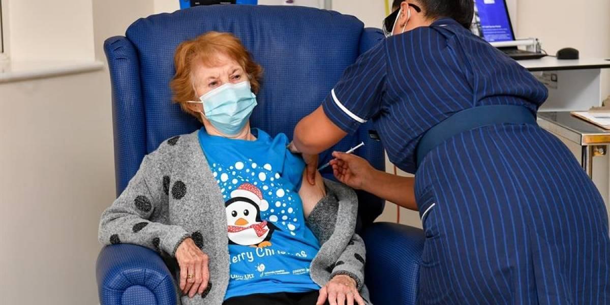 Esta mujer fue la primera en recibir la vacuna de Pfizer contra el coronavirus