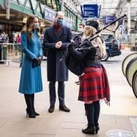 Kate Middleton demostró que es la reina del estilo con un elegante look de abrigo azul y botas altas