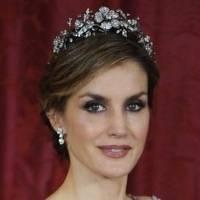 La reina Letizia enamora con su elegancia en un pantalón palazzo verde esmeralda con top de seda perlada y maxi blazer