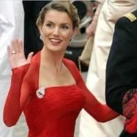 La reina Letizia reaparece en un pantalón culotte de rayas, maxi abrigo y zapatos de charol en invierno