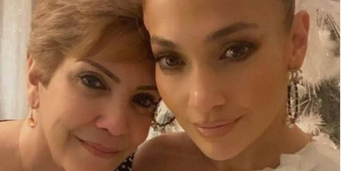 Mamá de Jennifer Lopez deslumbra con su belleza a sus 74 años en un vestido azul bordado con encaje y mangas de malla