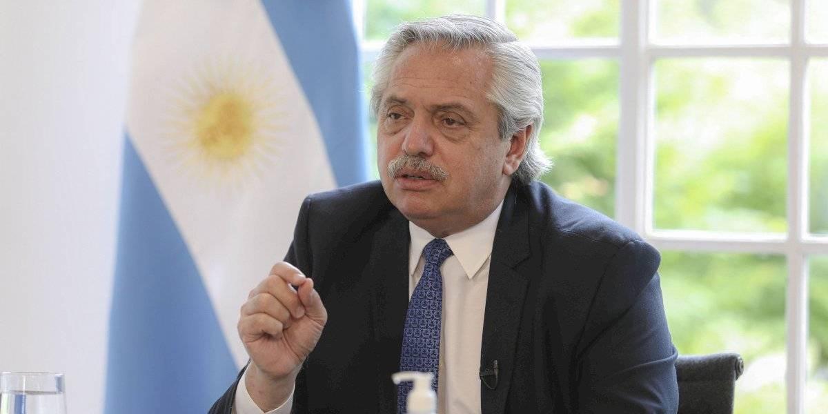 Presidente de Argentina golpea la mesa y advierte que usará a militares para disolver aglomeraciones