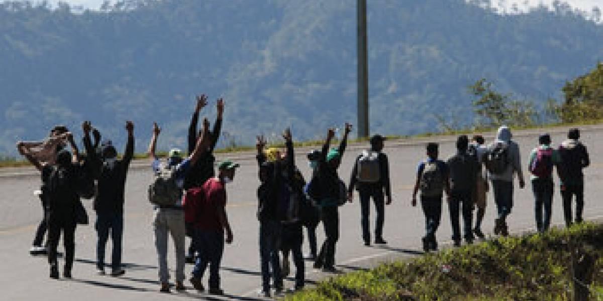 Dramático éxodo de hondureños: caminan hacia EE.UU. escapando de los huracanes que destruyeron sus casas