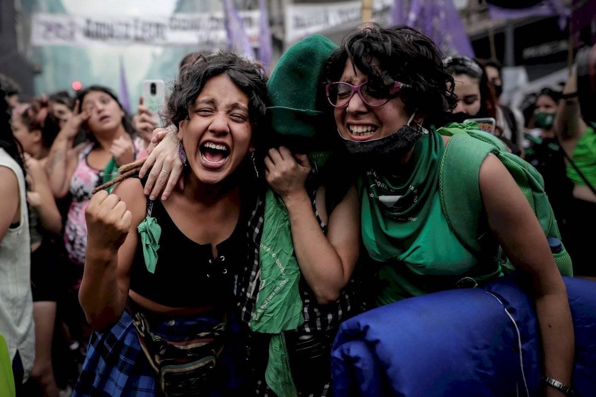 Dos mujeres se abrazan y celebran su alegría este viernes e Buenos Aires después de que la Cámara de Diputados de Argentina aprobara esta mañana un proyecto de ley que permite acceder libre y legalmente
