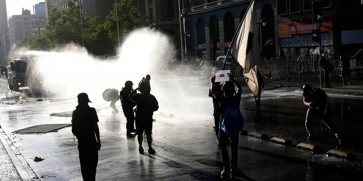 Enfrentamientos entre carabineros y manifestantes marcan nueva jornada de protesta en Santiago