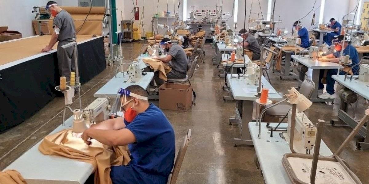 Corrección abre taller para que confinados produzcan sus uniformes y mattress