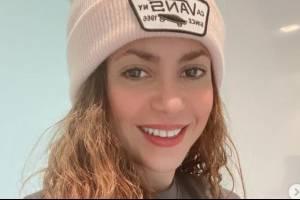 Shakira luce más juvenil que nunca con un pants fucsia y sudadera rosa tejida en salida a un restaurante