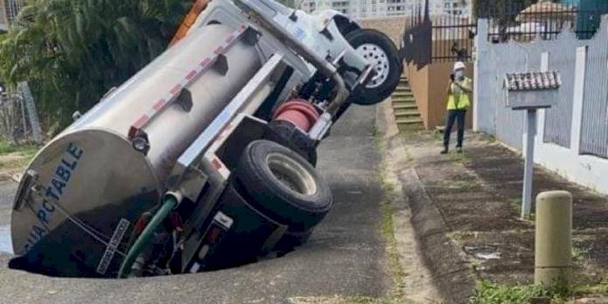 Carretera colapsa al paso de un camión de la AAA en Caguas