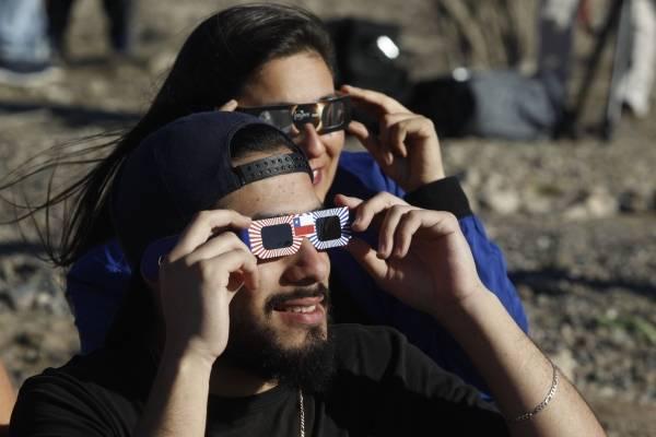 """Eclipse de sol no se """"suspende"""": la lluvia recibió en Pucón a casi 80 mil visitantes que llegaron a ver el fenómeno"""