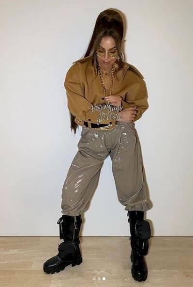 Thalía con look oversize