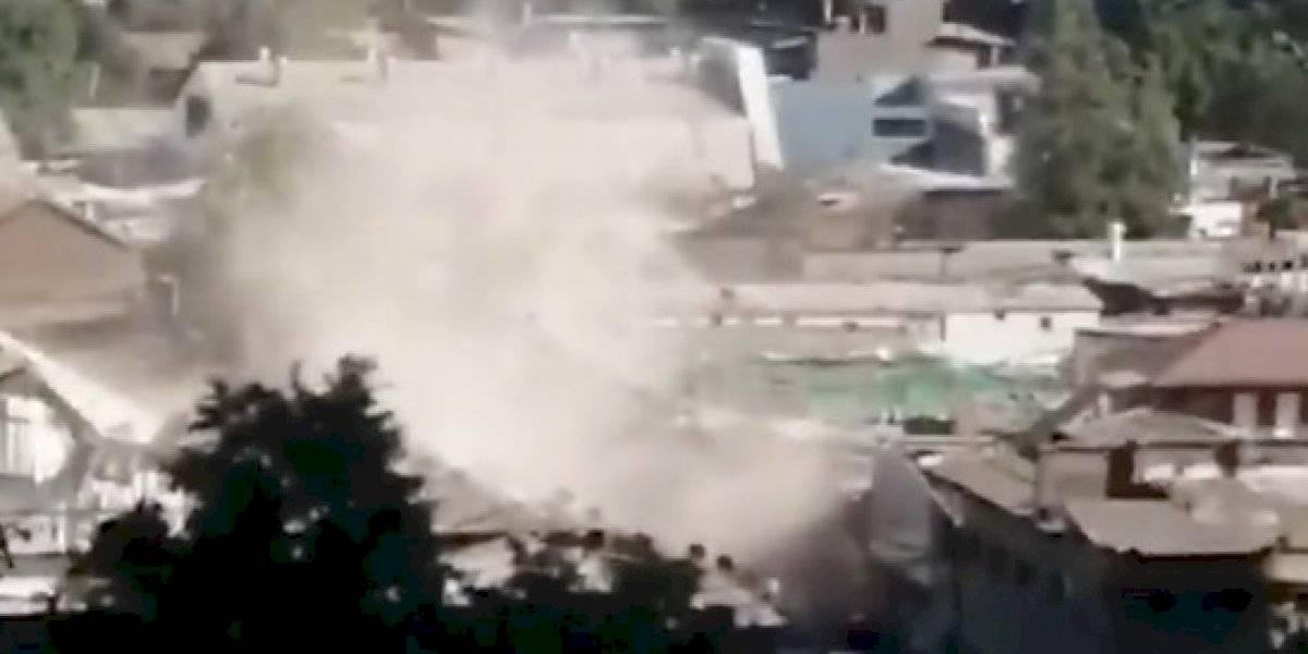 Grúa cae sobre casas en Independencia: personal de emergencia rescata a personas atrapadas