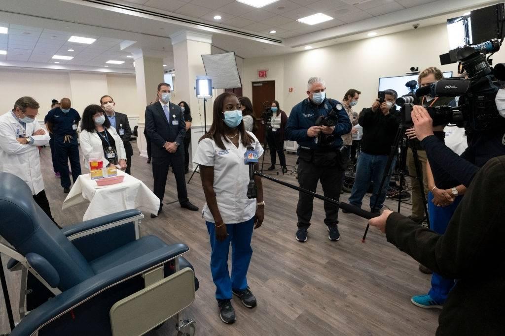 La enfermera Lindsay atiende a los medios tras recibir la dosis.