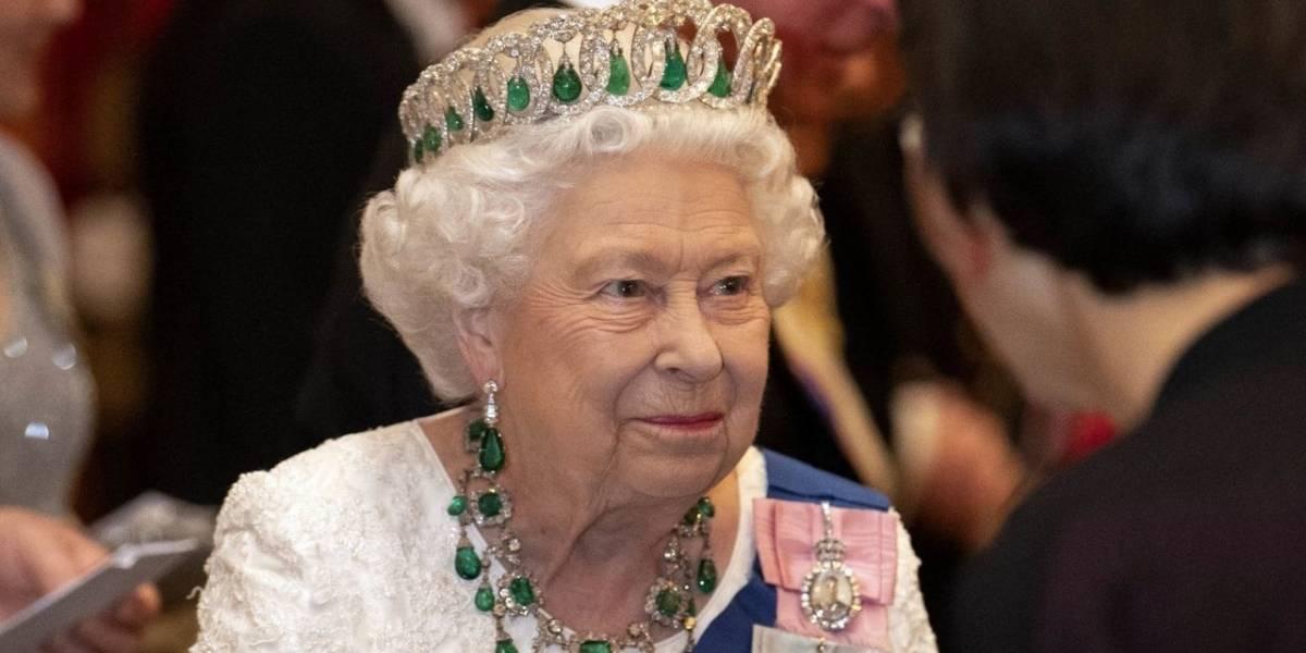 Polémica en TikTok: Guardia hace video cerca de la Reina Isabel