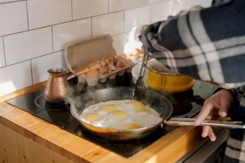 Los huevos son una elección perfecta para el desayuno y esta receta tiene sabor y color.